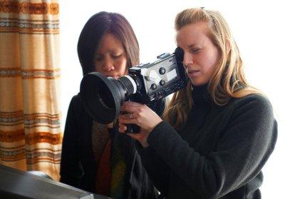 Apáim története - az operatőr Iris Ng, kamerával Sarah Polley